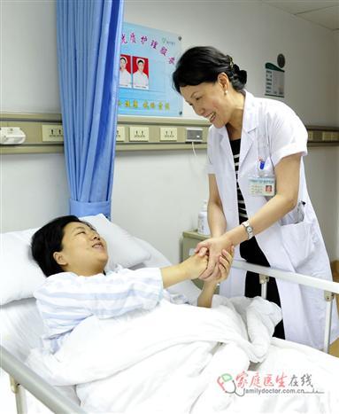 侯凡凡院士的热情和笑容使这位刚成为妈妈的肾病患者重拾了信心(黄治才摄)