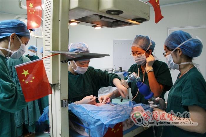 """""""小国庆""""在充满节日气氛的手术室内诞生,医生护士们在为他忙碌。"""