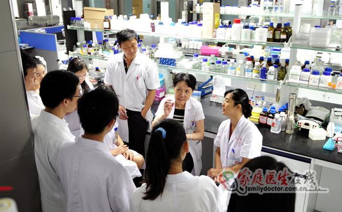 侯凡凡院士在南方医院肾病实验室与科研人员讨论课题研究进展情况01(黄治才摄)
