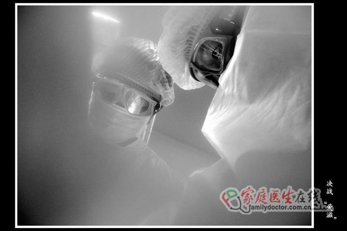 手术室内穿戴防护衣帽的医生护士快速止血、处理伤口。