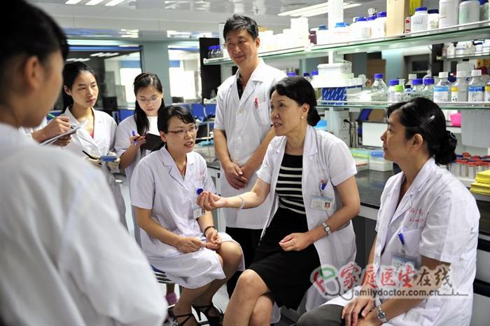 侯凡凡院士在南方医院肾病实验室与科研人员讨论课题研究进展情况02(黄治才摄)