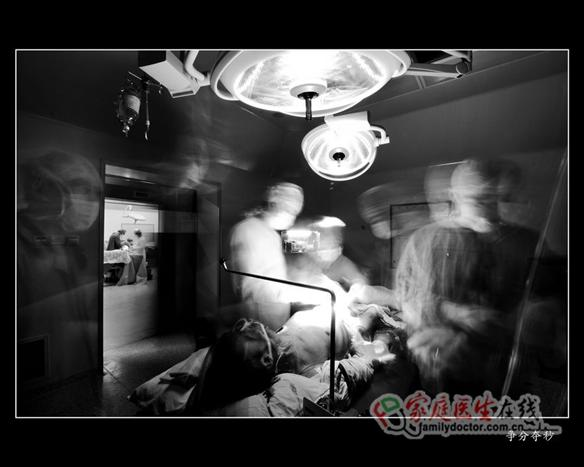 2006年10月29日晚10点,广州市120急救中心急送入某院的一名艾滋病病人,该病人因注射毒品而导致双侧股动脉瘤,此次因为注射毒品造成股动脉瘤破裂大出血,这是一场与死神搏斗。 ——本图集摄于解放军第458医院,作者:解放军第458医院(空军广州医院)肝胆普外科主任医师、南方医科大学兼职教授孙宁东先生。