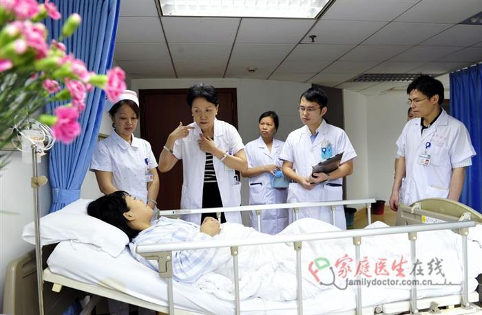 侯凡凡院士在细心认真的为病人解释病情。