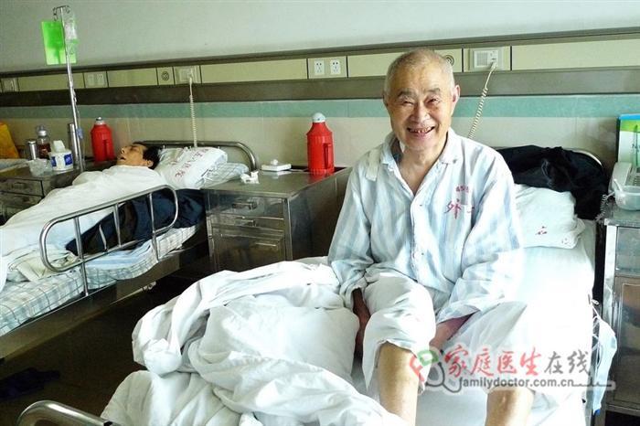 王大爷来自河南农村,他因胃癌于2010年5月住进医院,医院成功的为他实施了手术,住院期间他和他的同室病友结下了不解之缘,该图集反映的是他因病住院以及康复出院后二个月再次来院探望和他同病的另一位病友,鼓励他战胜病魔的故事。――本图集摄于解放军第458医院,作者:解放军第458医院(空军广州医院)肝胆普外科主任医师、南方医科大学兼职教授孙宁东先生。