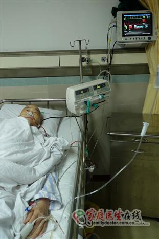 王大爷来自河南农村,他因胃癌于2010年5月住进医院,医院成功的为他实施了手术,住院期间他和他的同室病友结下了不解之缘,该图集反映的是他因病住院以及康复出院后二个月再次来院探望和他同病的另一位病友,鼓励他战胜病魔的故事。——本图集摄于解放军第458医院,作者:解放军第458医院(空军广州医院)肝胆普外科主任医师、南方医科大学兼职教授孙宁东先生。