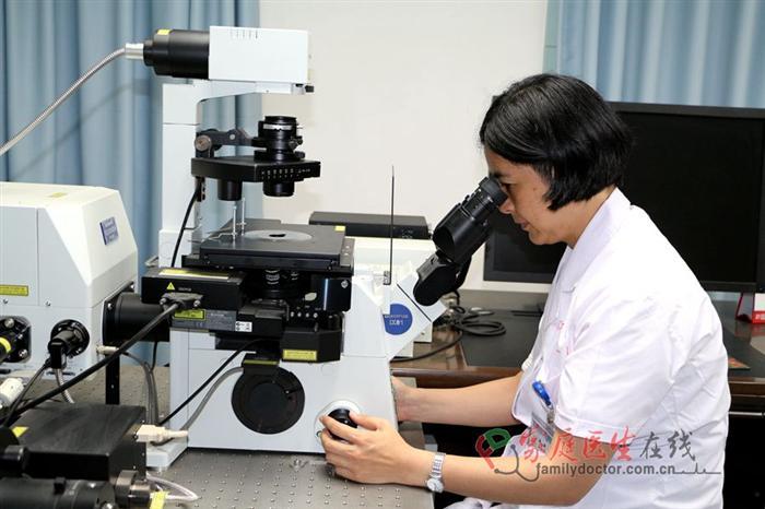 """1994年2月,聂静前往日本高知医科大学攻读医学博士,开始做基础研究,初尝研究的乐趣。5年后,为了开阔眼界和进一步提高科研能力,聂静到加拿大多伦多大学做博士后,专攻上皮细胞极性形成机制。2004年底,聂静作为中山大学""""百人计划""""引进人才回国, 全职到中山大学附属第一医院肾内科工作,2010年7月作为引进人才调到南方医科大学南方医院肾内科,回国后一直致力于慢性肾脏病发生机制和防治策略的研究。"""