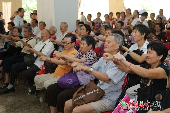 据统计,随着老龄人口逐渐增多,老年期痴呆已逐渐取代脑血管病成为危害老年人健康的主要疾病。广州市第一人民医院神经内科携手羊城晚报、家庭医生在线、广东广播电视台,于9月29日上午,举办了《记忆力下降与老年痴呆》健康讲座义诊活动。市民听讲座、记笔记、、互动答题、学做手指操……现场气氛热烈氛围浓厚,很多市民义诊时扫描二维码,以期关注更多相关知识。此次活动取得圆满成功。