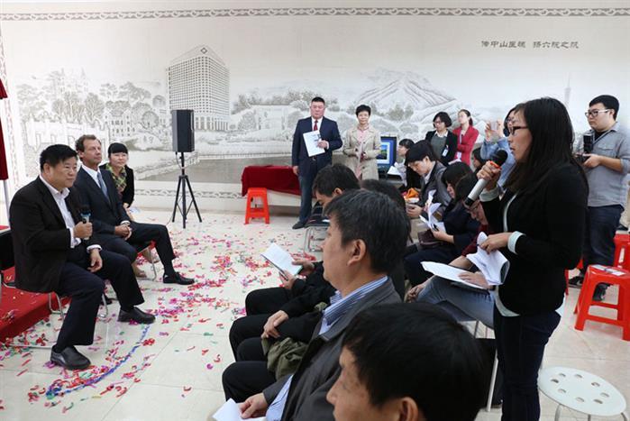 王连唐教授与ThomasBauer主任为现场媒体答疑