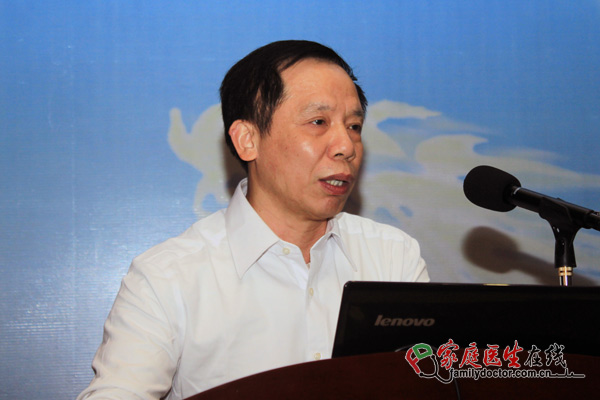 汕头市民营牙科协会会长王小苇教授在做工作报告