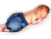 小宝宝与父母分床睡 更有益于身心健康