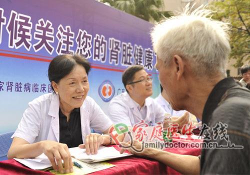 义诊现场,侯凡凡院士面带微笑为患者问诊。(医院提供)