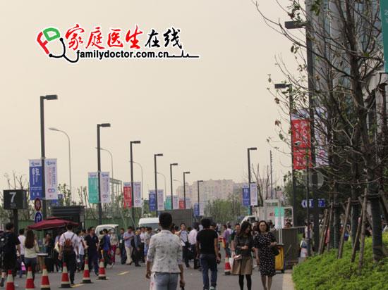 """首届健康产业领袖峰会(TheHealthIndustrySummit,tHIS)以""""融合・健康产业新动力""""为主题,首度融合贯通医药医疗健康产业链领域的三大展会-CMEF(医博会),还有PharmChina(药交会)、APIChina(原料会),tHIS峰会将于2015年5月15-18日在位于上海虹桥被称为""""全球巨无霸""""的国家会展中心(上海)举行。tHIS峰会展出面积28万平米,整合了100余场主题会议,将集中展示来自全球的6000个精选展商的数万种高质量和高性价比的医疗设备、医药制剂、原料药及其他相关产品和服务、盛会之前,家庭医生在线编辑特意探馆,并以图文方式,为网友第一时间展示展会前的忙碌。"""