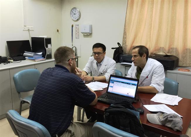 据悉,Shomron教授在消化科工作短短一个月,已经开展了多项临床研究工作,举行了3次IBD沙龙,对中山一院消化科炎症性肠病研究方向提供了很好的启发性意见和指导。图为陈�F湖教授和shomron教授一起问诊美国IBD患者。