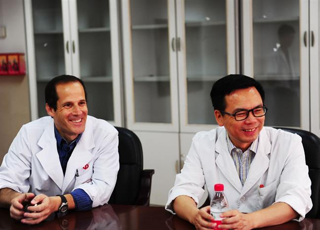 ShomronBen-Horin教授简介:Shomron医生为以色列Sheba医学中心炎症性肠病部门负责人、LaboratoryofGIImmunology主任、Tel-Aviv大学医学院教授,在炎症性肠病基础和临床研究有很深的造诣,为IBD生物制剂药效学领域全球顶尖学者,牵头多项国际多中心研究。图为Shomron教授(左)、陈�F湖教授(右),陈�F湖教授是中山一院副院长、消化内科学科带头人。更多Shomron教授相关报道,请点击:中山一院首位特聘外籍教授:到中国为更好的做临床科研