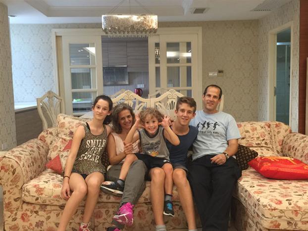 陈�F湖教授告诉家庭医生在线编辑,为支持Shomron教授到中国来工作,Shomron教授的妻子以及三个孩子都来到广州居住。目前三个小孩都在广州上学,其妻子Anat为以色列著名听力学家,也跟随丈夫来到中山一院,目前在康复科从事语音听力康复临床与研究工作。Shomron教授的几个孩子都爱好接触新事物,对在中国的生活与学习经验都充满期待。图为Shomron教授一家人在广州。