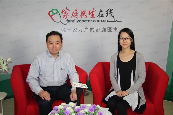 陈亚进主任医师在接受家庭医生在线采访。