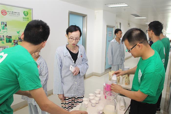 志愿者为病友提供营养饮品