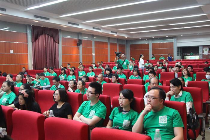 参与活动人员都身着绿色的服装