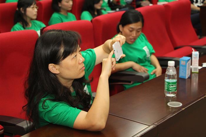 志愿者用手机记录现场