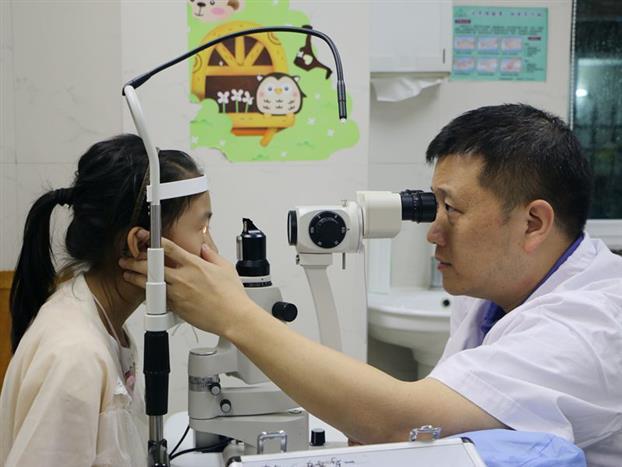 专家为小朋友做眼部检查