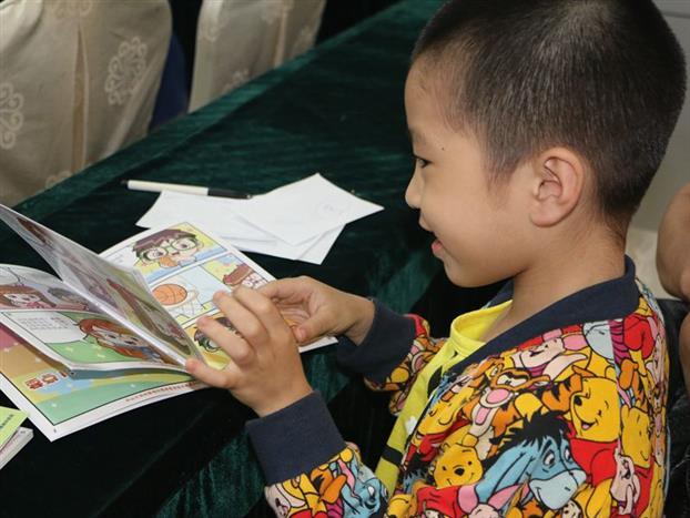 小朋友在翻阅眼科知识宣传手册