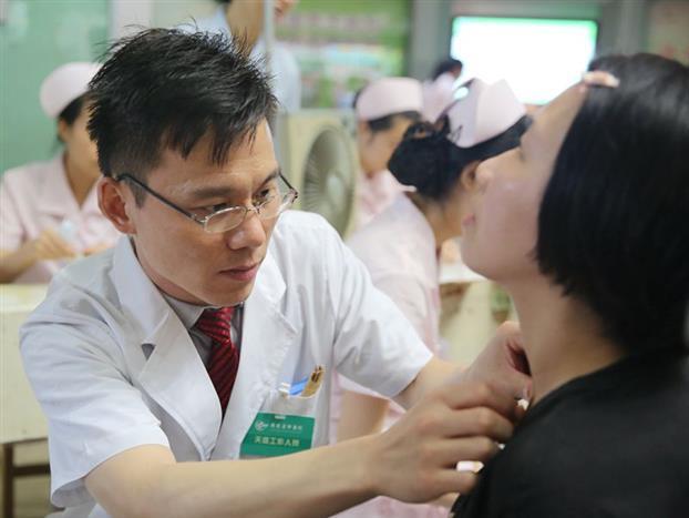 天灸活动现场医务人员根据市民病情选择特定的穴位