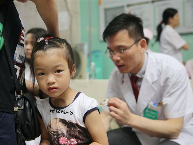 天灸活动现场医务人员为患儿背部贴药