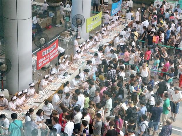 天灸活动现场市民有序排队等候天灸贴药