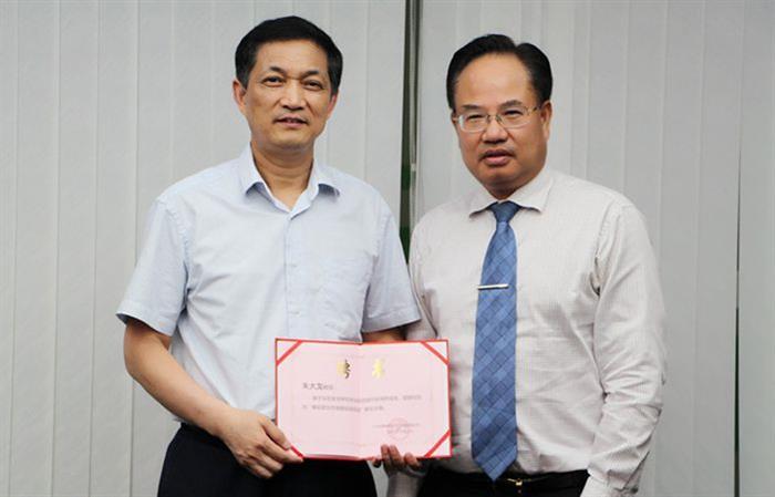 家庭医生在线总裁郑文艺先生为朱大龙教授颁发糖尿病频道联席主编聘书。