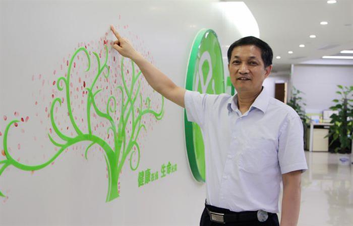 南京大学医学院附属鼓楼医院内分泌科主任兼大内科主任朱大龙教授在家庭医生在线公司形象墙前拍照留念。