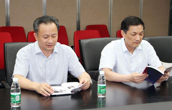 翁建平教授与朱大龙教授在聘任仪式现场。