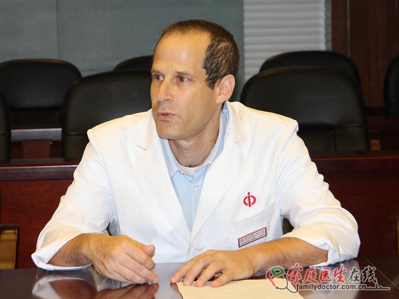 他,是中山大学附属第一医院首位任全职时间长达一年的外籍专家;他,在消化科领域辛勤工作,尤其在炎症性肠病的临床与研究工作中硕果累累……他,就是来自以色列Sheba医学中心炎症性肠病部门的负责人Shomron Ben-Horin教授。如今,Shomron教授一年的任职时间已将近结束,他在接受家庭医生在线采访时,分享了他在中山一院诊治中心1年来的工作回顾与展望。