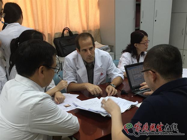 Shomron教授与同事在讨论工作