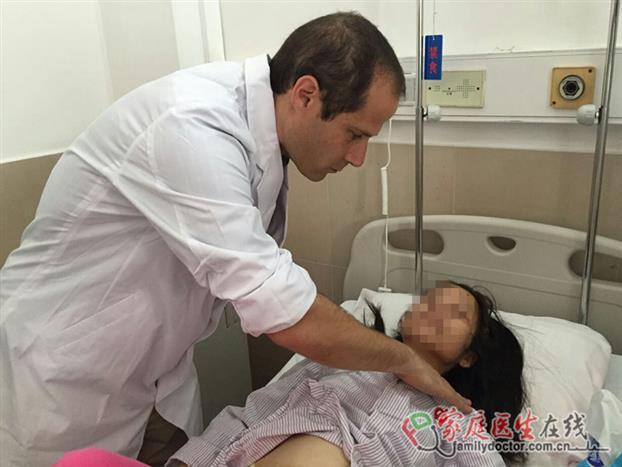 Shomron教授为患者检查身体