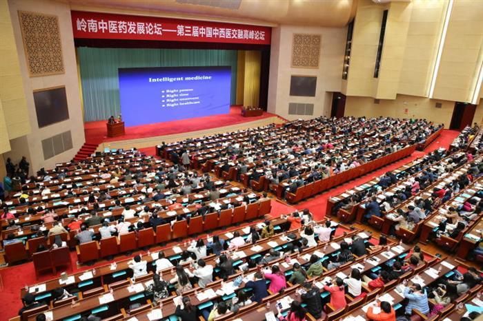 """专题报告会现场盛况。随后,专题报告会由中国工程院院士,著名生物技术学家杨胜利、中国工程院院士就""""由大数据到智能医学""""做了专题报告。"""