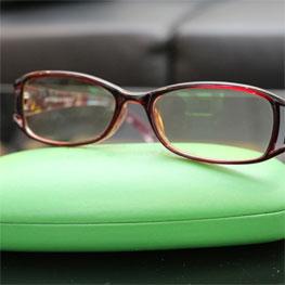 戴老花眼镜治疗近视?