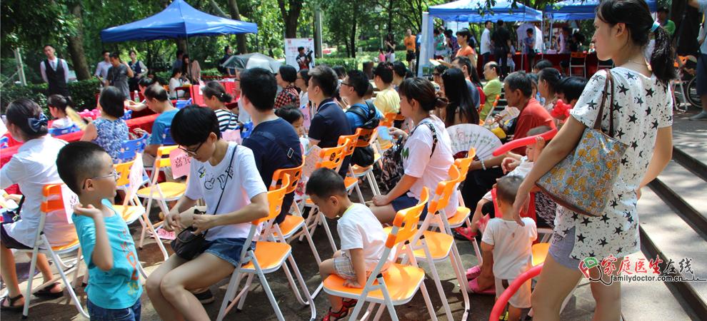 众多市民带着小孩子前来听讲座