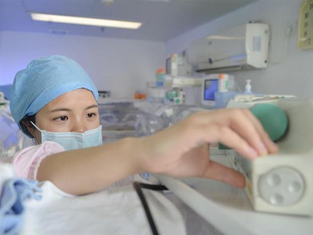 12点30分,简单的午饭后,朱水燕回到病房首先巡视了一遍新生儿科的宝宝们,了解离开期间新生儿的情况,给他们更换补液、调整体位、盖好包被,监测血糖、血压,核对新打出来的奶单等。