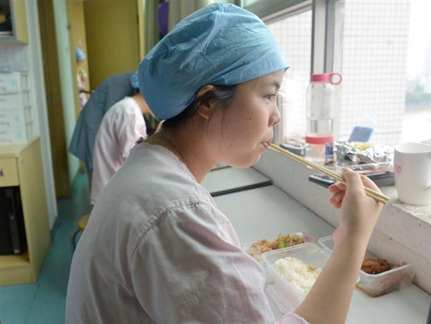 12点10粉,暂时忙完手头紧要工作的朱水燕和同事们开始轮流吃午饭,这也是他们难得的短暂的休息时光。