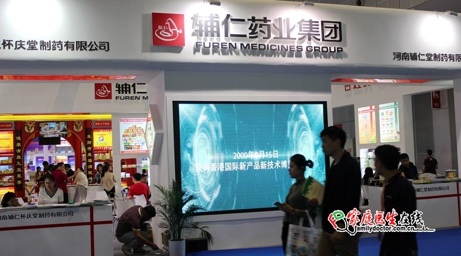 """2017年5月16-18日,第77届全国药品交易会(PharmChina)将在上海国家会展中心举行,家庭医生在线在现场直接报道全过程。据了解,今年药交会再次升级,作为""""tHIS健康产业领袖峰会""""中扮演重要角色的一员,总展示面积超过9万平方米,共有2000余家国内外优秀企业、与超过7万名专业观众汇聚于此,对接优质资源与需求,交流全新市场发展模式,探索中国医药产业创新增长新动力。"""