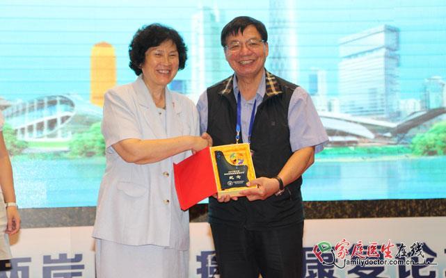 中国癌症基金会副秘书长史安利为学者颁发纪念品
