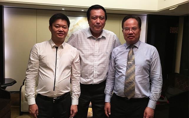 家庭医生在线移动新媒体董事长刘宏裕(左),羊城名医葛坚教授(中),家庭医生在线CEO郑文艺(右)
