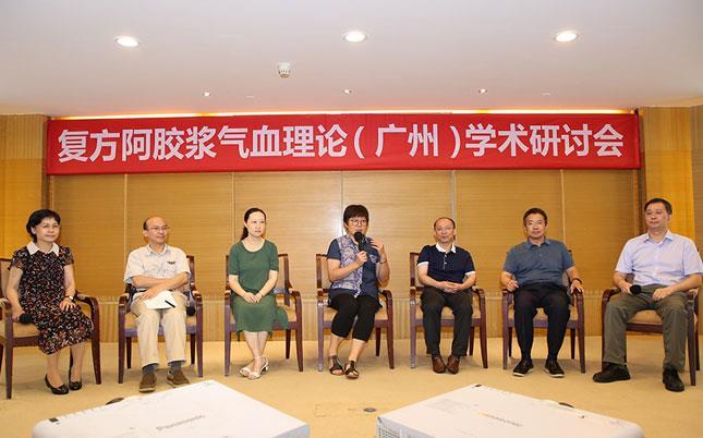 专家现场研讨并与参会人员互动交流