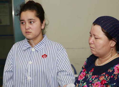 """19岁新疆少女出生至今就与""""排便""""抗争"""