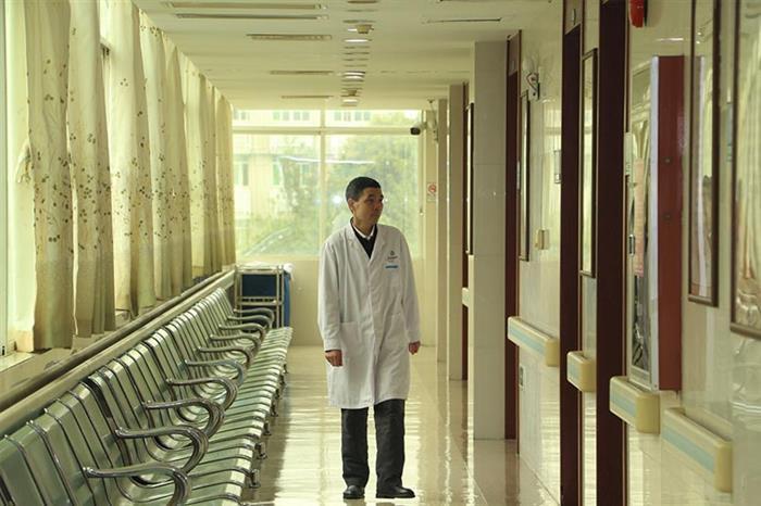 """下班前他依旧习惯性瞄一眼诊室、灯关了没?门关了没?他统统放在心上,""""把医院当家""""是很多同事给他的评价。"""