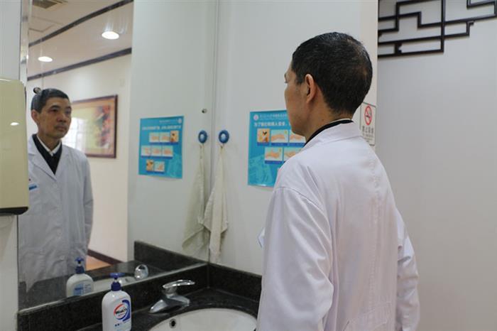 7点钟,贺主任就已经到达诊室,换上熟悉的白大褂,整理仪表,准备出诊。面对工作、面对患者,贺主任和蔼的面容下也多了一份严肃。