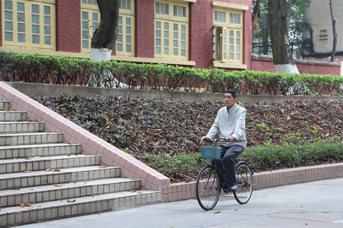 上班下班,贺主任都骑着自行车,贺主任说了,他喜欢运动,但觉得走路、跑步很枯燥,特别是大病之后,走太久会喘起来,骑自行车很自在、很轻松。