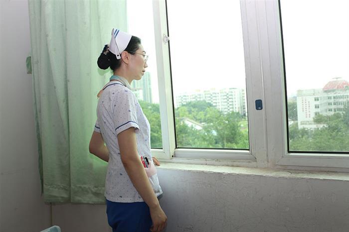 """一向爱笑的罗立兰,唯独在谈到家人的时候有些哽咽、有些黯然。罗立兰的女儿今年5岁半了,在南方医科大学中西医结合医院附属幼儿园上学,幼儿园就在自己工作的大院内,距离自己工作的大楼不足200米,但3年来,罗立兰从未接过女儿放学,她心疼、也无奈。每天早上,女儿常说的一句话就是""""妈妈你要早点儿回来哦。""""但这个简单的要求,罗立兰却始终无法满足,""""自女儿有记忆开始,对我的印象就是天天忙夜夜忙,其它的印象都很模糊""""她苦笑道,""""做护士就是没办法顾家呀""""。女儿所在的幼儿园不足200米,她却只能遥望。"""