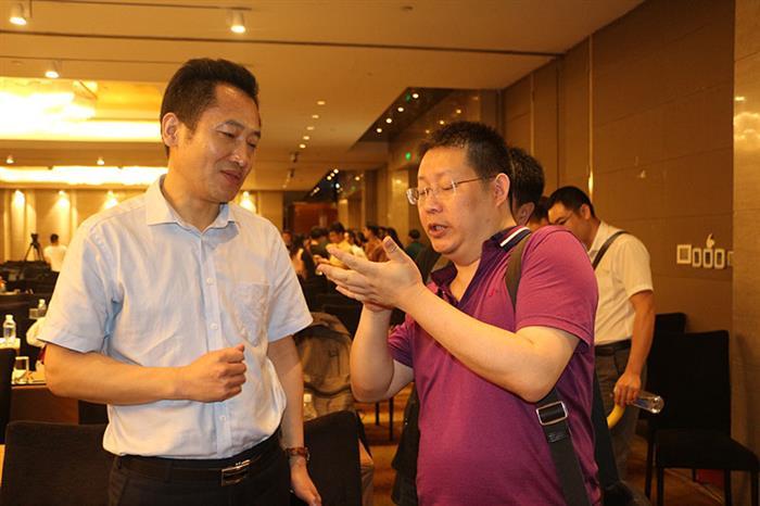专家与参会人员交流