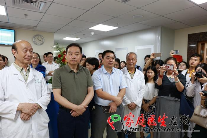 庆祝我国首例脐血移植治疗地贫成功20周年暨儿科造血干细胞移植中心开业典礼现场,与会专家。